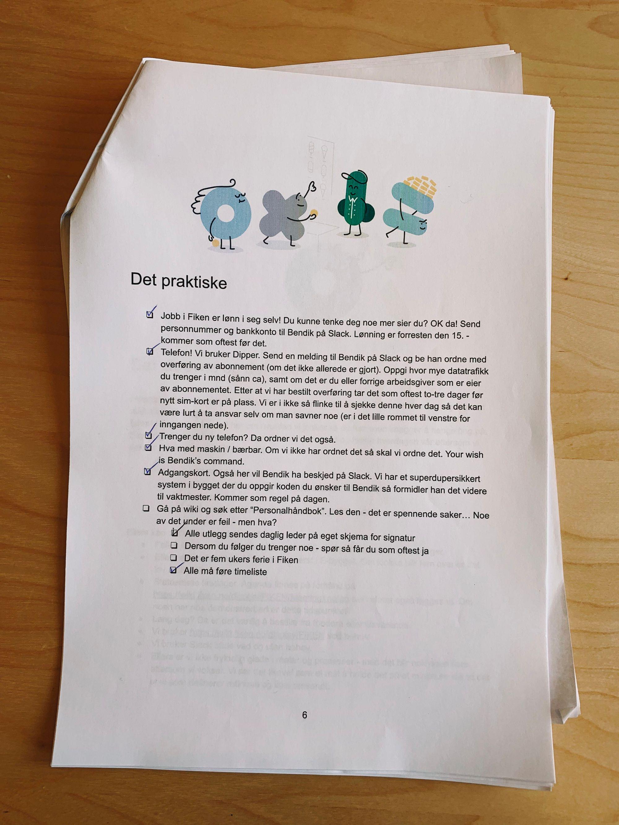 Fotografi av introduksjonsheftet du får når du starter i Fiken