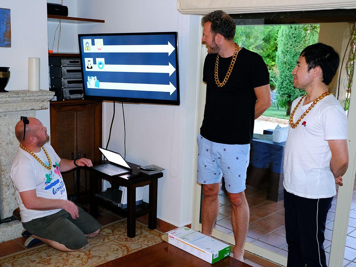 Fotografi av tre personer som gir en presentasjon