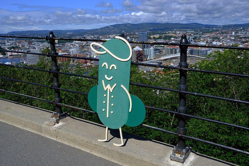 Fotografi av Fiken-figur med by i bakgrunnen