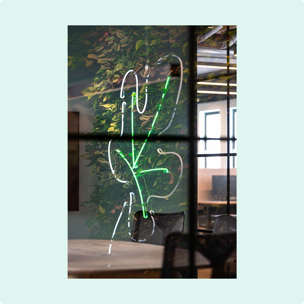 Fotografi av et neonskilt formet som et fikenblad