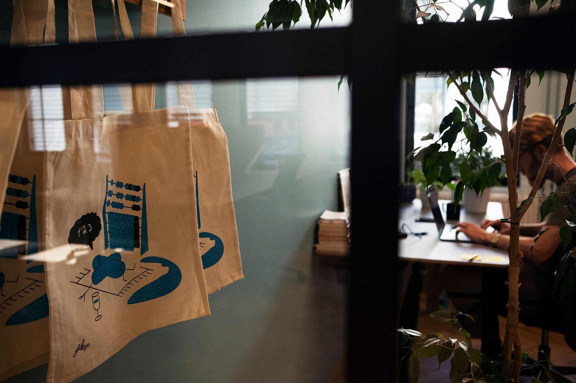 Fotografi av en person som sitter på et kontor og skriver