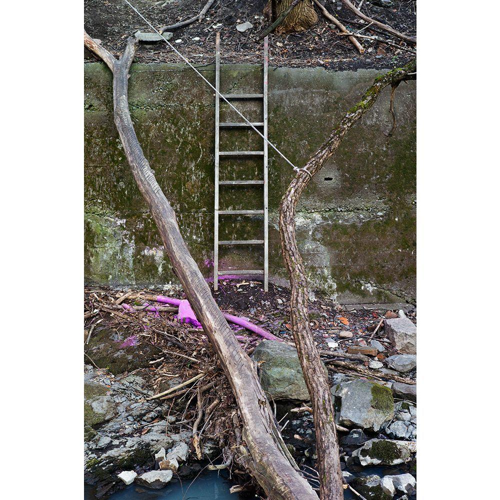 Fotografi som viser en steget stilt opp mot en kant